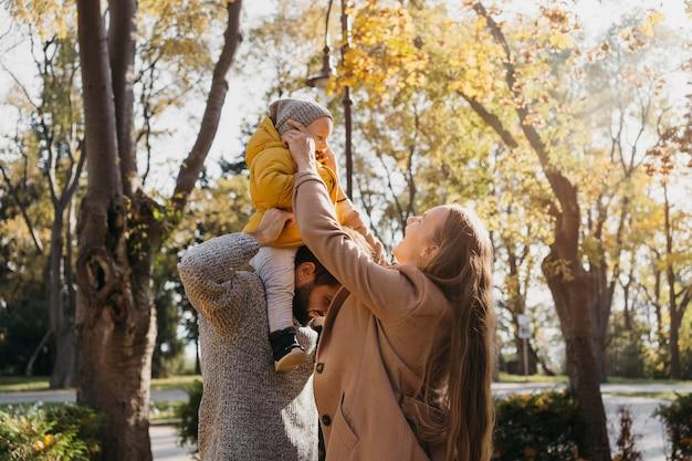 赤ちゃんと一緒に屋外で過ごす父と母