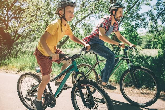 父と息子は自転車に乗っています