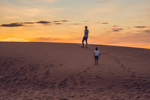 아버지와 아들이 새벽에 붉은 사막에서