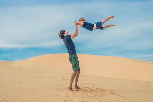 아버지와 아들이 하얀 사막에서