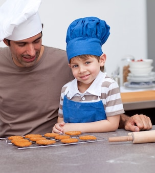 キッチンで焼く父と息子