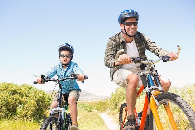 아버지와 아들이 산을 통해 자전거 타기