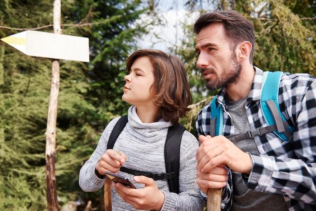 하이킹 여행을 위한 최고의 산책로를 선택하는 아버지와 아들