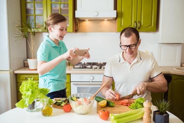 父と息子がキッチンで一緒に料理をする