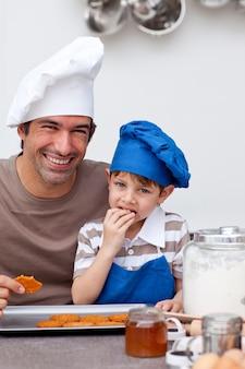 自家製のクッキーを食べる父と息子