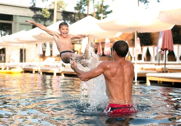 아버지와 아들이 함께 수영장에서 하루를 즐기고