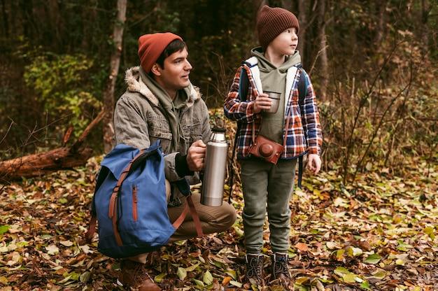 屋外で自然を楽しむ父と息子