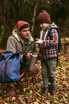自然の中で屋外で一緒に時間を楽しんでいる父と息子