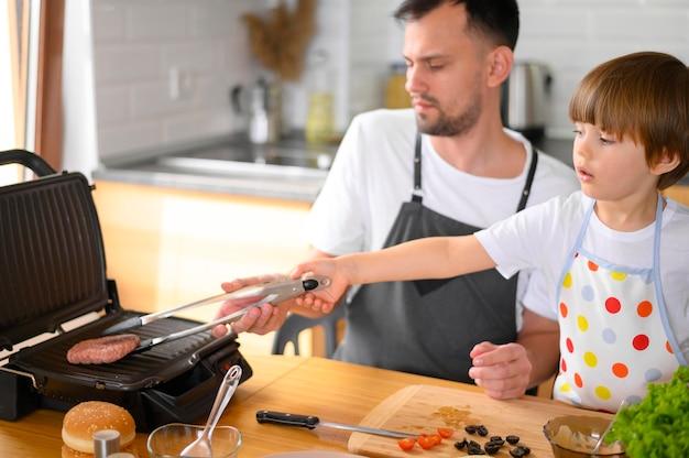 Отец и сын листать гамбургер высокий вид