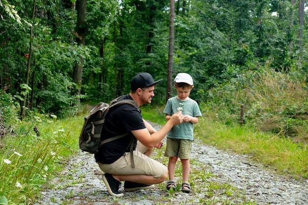 아버지와 아들은 여름 숲에서 함께 시간을 보낸다