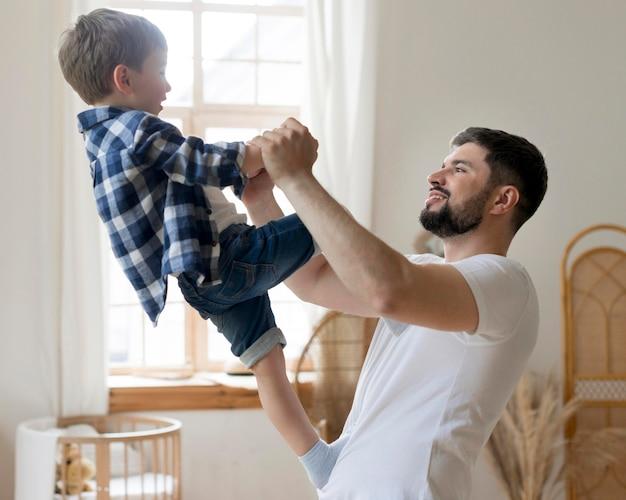 室内で楽しい時間を過ごす父と息子