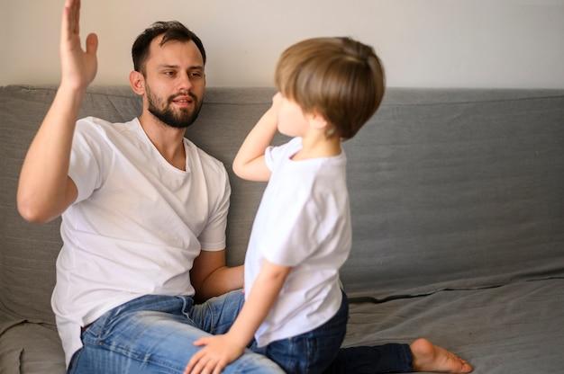 Отец и сын высоко пялились