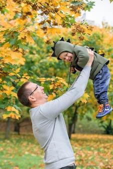 秋の公園で父と息子