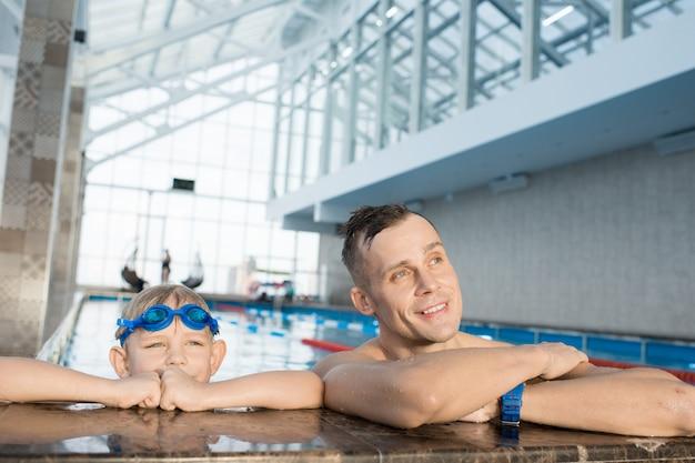 父と息子が一緒にプールで