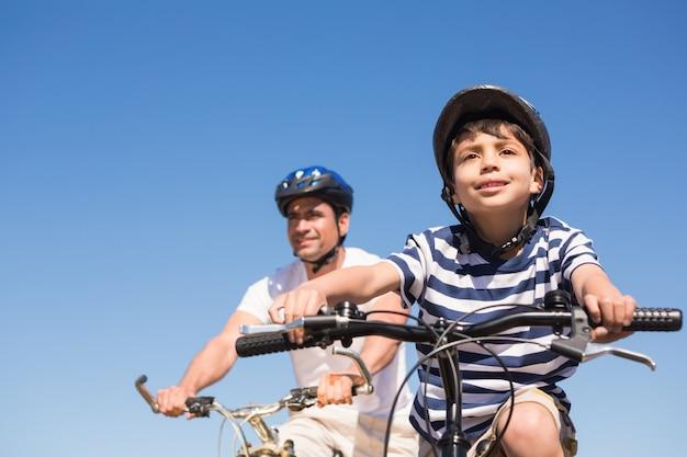 자전거를 타고 아버지와 아들
