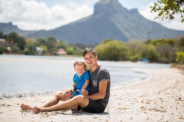 島の父と息子。