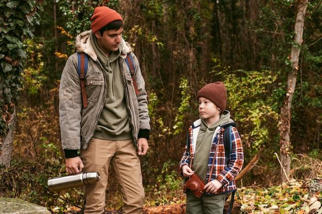 自然の中でのロードトリップで屋外の父と息子