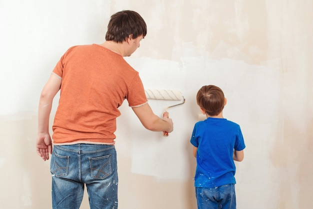 Отец и сын красят стену