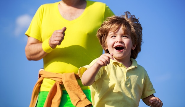 Отец и сын занимаются спортом и бегают. здоровый спорт для детей.