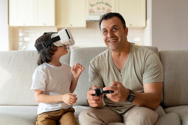 Отец и сын играют в игру виртуальной реальности