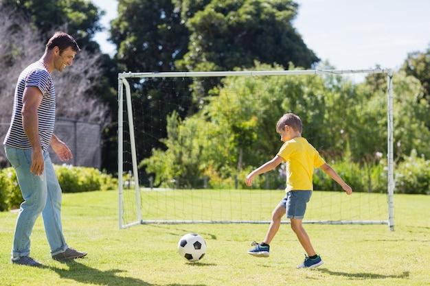 父と息子の公園でサッカー