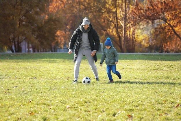 아버지와 아들 축구 피치에 축구