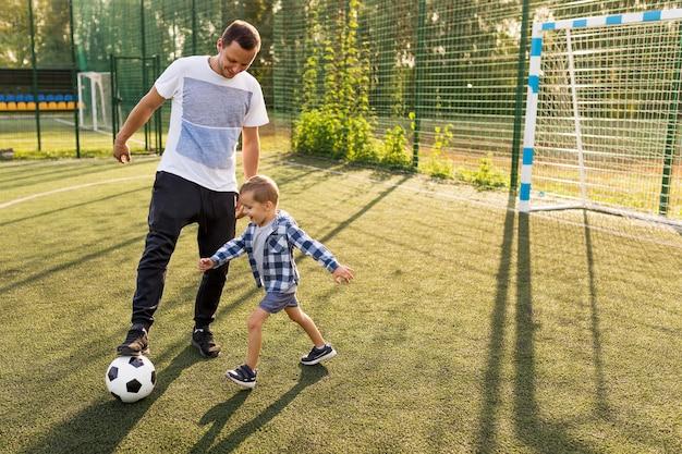 サッカーをしている父と息子