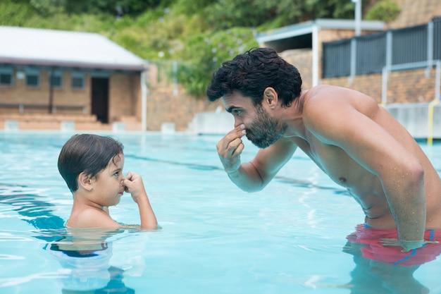 父と息子のプールで遊んで