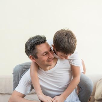 父と息子が居間で遊ぶ