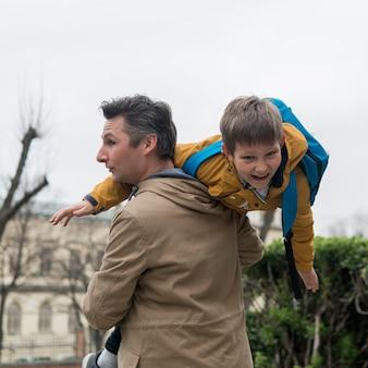 Отец и сын играют на улице