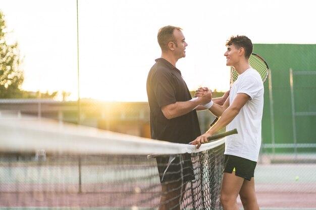 아버지와 아들 테니스 야외.