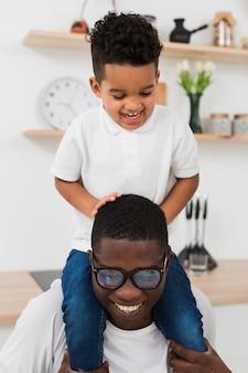 父と息子が台所で一緒に遊んで