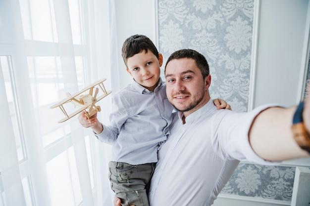 아버지와 아들이 아버지의 날에 함께 연주