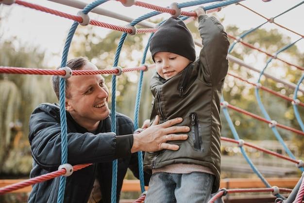 Отец и сын играют вместе