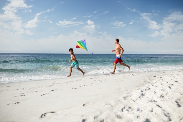 凧で遊ぶ父と息子