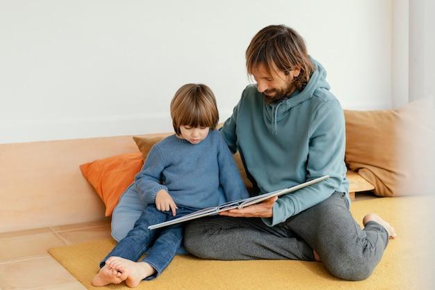本を読んでいる父と息子