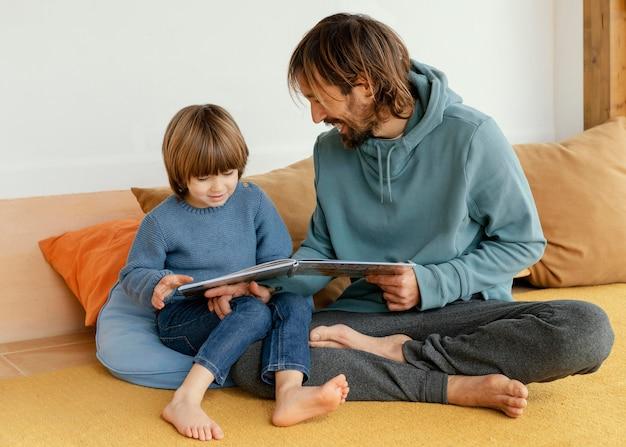 아버지와 아들이 책을 읽고