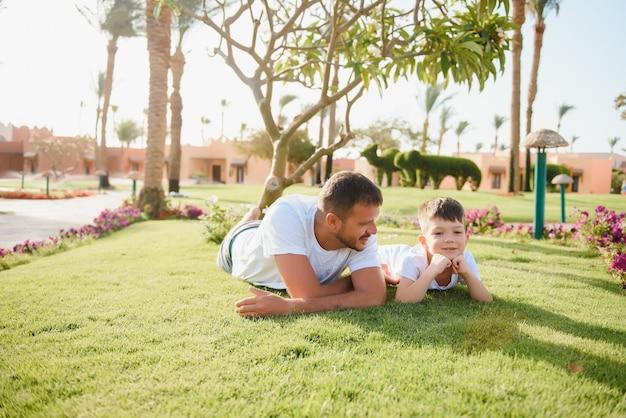 Отец и сын отдыхают в парке.