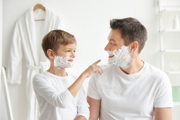 아버지와 아들이 함께 욕실에서 면도