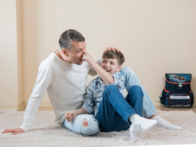 Отец и сын сидят и дурачатся
