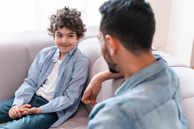 家で一緒に時間を過ごす父と息子。アラビアの家族のライフスタイルの瞬間