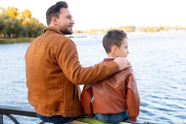 一緒に時間を過ごす父と息子