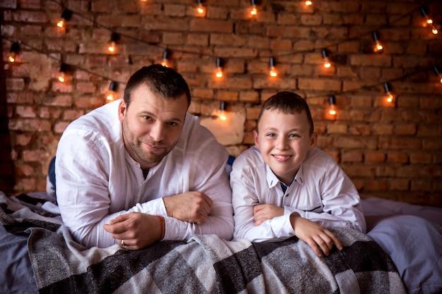 아버지와 아들 집에서 얘기하고 침대에 누워