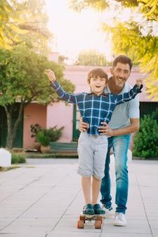 Отец и сын вместе на открытом воздухе