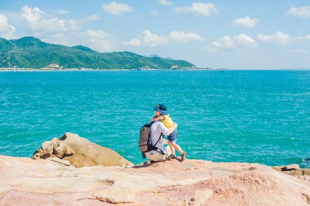 ニャチャンのホンチョン岬、庭の石、人気のある観光地での父と息子の旅行者。ベトナム