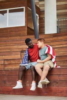 アメリカの国旗の下で父と息子