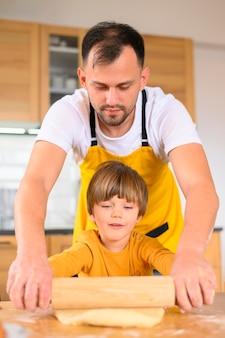 Отец и сын, используя вид спереди весло