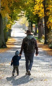 가을 공원에서 아버지와 아들 산책