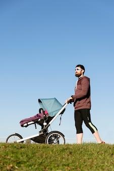 아버지와 아들이 공원에서 산책. 가족 및 스포츠 개념.