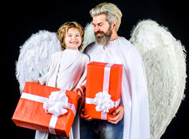 Отец и сын с подарками, подарочные коробки